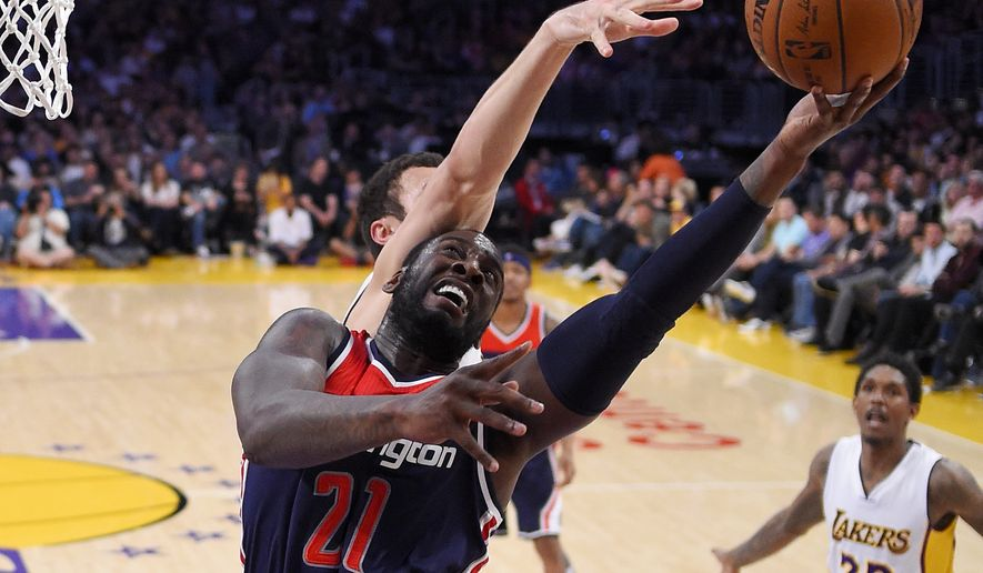 Washington Wizards center JJ Hickson, right, shoots as Los Angeles Lakers forward Larry Nance Jr. defends during the second half of an NBA basketball game, Sunday, March 27, 2016, in Los Angeles.  The Wizards won 101-88. (AP Photo/Mark J. Terrill)