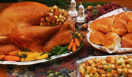 According to the American Farm Bureau Federation, what was the average cost of a classic Thanksgiving dinner for 10 people in 2015?
