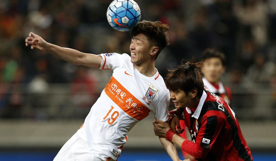 Kim Dong-woo of South Korea's FC Seoul, right, fights for the ball against Zheng Zheng of China's Shandong Luneng FC, left, during their Group F soccer match in the AFC Champions League at Seoul World Cup Stadium in Seoul, South Korea, Tuesday, April 5, 2016. The match ended in a 0-0 draw. (AP Photo/Lee Jin-man)