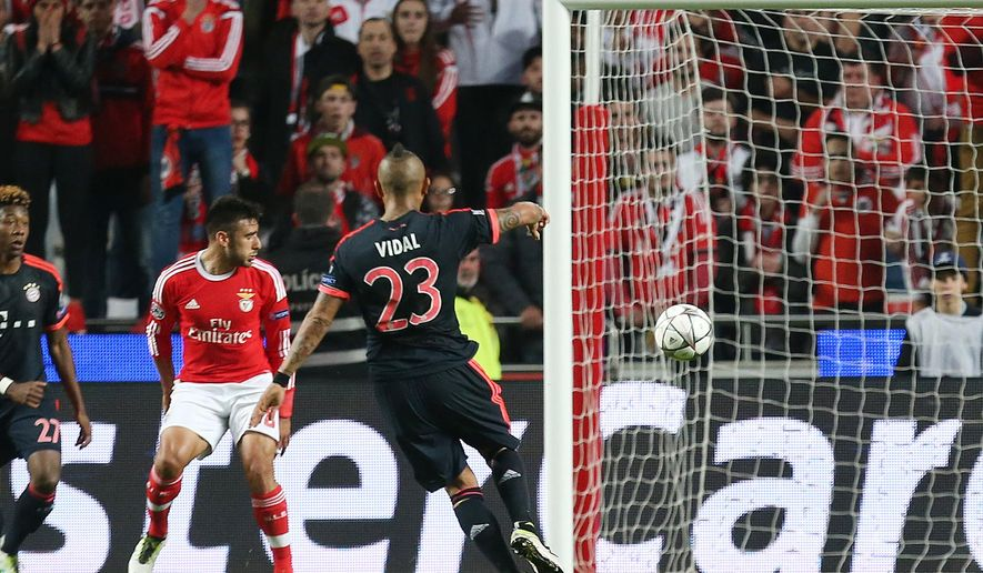 Bayern's Arturo Vidal, center, scores his side's equalizing goal during the Champions League quarterfinal second leg soccer match between SL Benfica and Bayern Munich at the Luz stadium in Lisbon Wednesday, April 13, 2016. (AP Photo/Armando Franca)