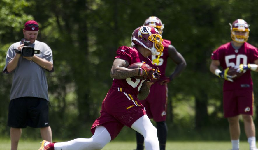 Washington Redskins safety Su'a Cravens, center, runs with the ball during the team's NFL football rookie minicamp Saturday, May 14, 2016, in Ashburn, Va. ( AP Photo/Jose Luis Magana)