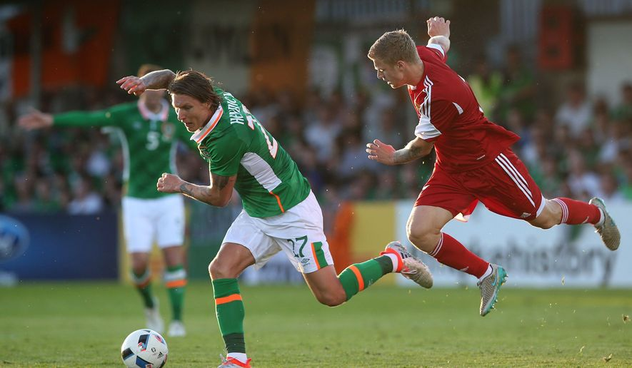 Republic of Ireland's Jeff Hendrick, left, and Belarus' Mikita Korzun battle for the ball during their international friendly soccer match at Turners Cross, Cork, Ireland, Tuesday May 31, 2016. (Brian Lawless/PA via AP)  UNITED KINGDOM OUT