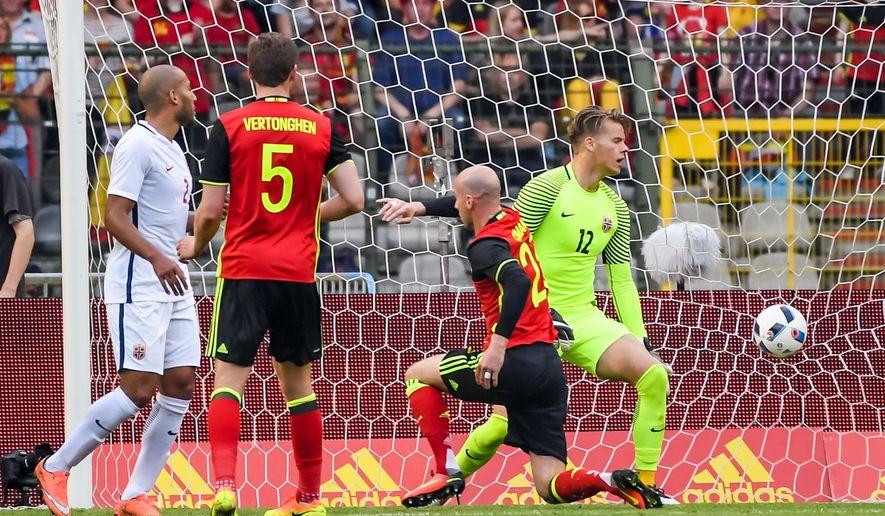 Belgium's Laurent Ciman, second right, scores against Norway during their friendly soccer match at the King Baudouin Stadium in Brussels on Sunday June 5, 2016. (AP Photo/Geert Vanden Wijngaert)