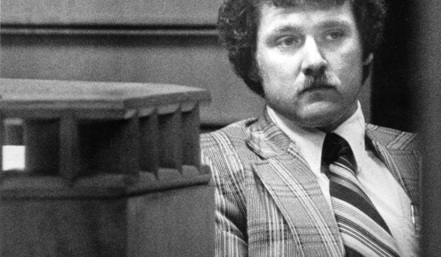 This photo taken April 3, 1981 shows Houston Police detective Johnny Bonds testifying  in Allen Wayne Janecka's capital murder trial for the death of 14-month-old Kevin Wanstrath.   (John Van Beekum/Houston Chronicle via AP) MANDATORY CREDIT
