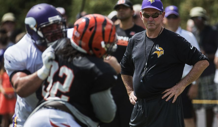 Minnesota Vikings head coach Mike Zimmer, right, watches from the sidelines during a joint NFL football practice with the Cincinnati Bengals, Wednesday, Aug. 10, 2016, in Cincinnati. (AP Photo/John Minchillo)