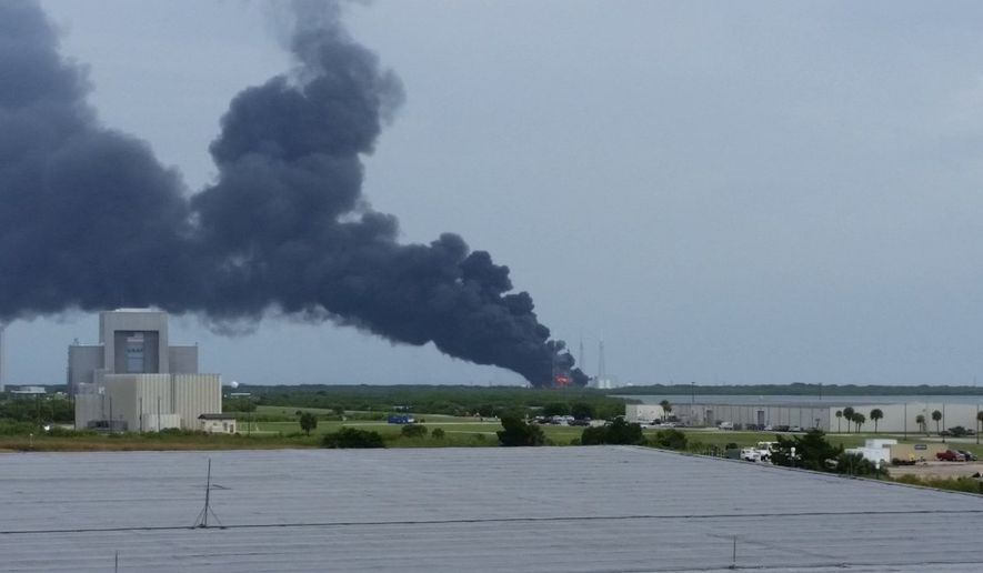 A Twitter post showing the apparent SpaceX explosion.