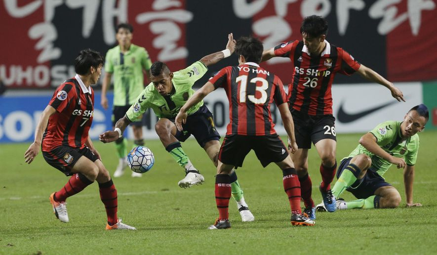 Ricardo Lopes, second left, of South Korea's Jeonbuk Hyundai Motors fights for the ball against Kim Chi-woo, left, Go Yo-han and Kim Nam-chun, second right, of South Korea's FC Seoul during the second leg of AFC Champions League semifinal soccer match at Seoul World Cup Stadium in Seoul, Wednesday, Oct. 19, 2016. (AP Photo/Ahn Young-joon)