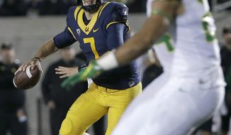 California quarterback Davis Webb (7) looks for a receiver during the first half of the team's NCAA college football game against Oregon in Berkeley, Calif., Friday, Oct. 21, 2016. (AP Photo/Jeff Chiu)
