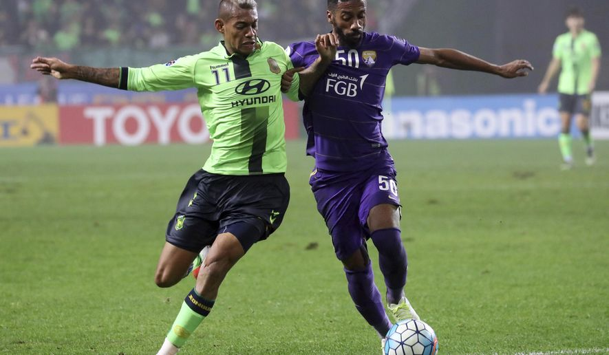 Ricardo Lopes, left, of South Korea's Jeonbuk Hyundai Motors fights for the ball against Mohammed Fayez of United Arab Emirates's Al Ain during the first leg of the Asian Champions League final at the Jeonju World Cup Stadium in Jeonju, South Korea, Saturday, Nov. 19, 2016. (Choe Young-soo/Yonhap via AP)
