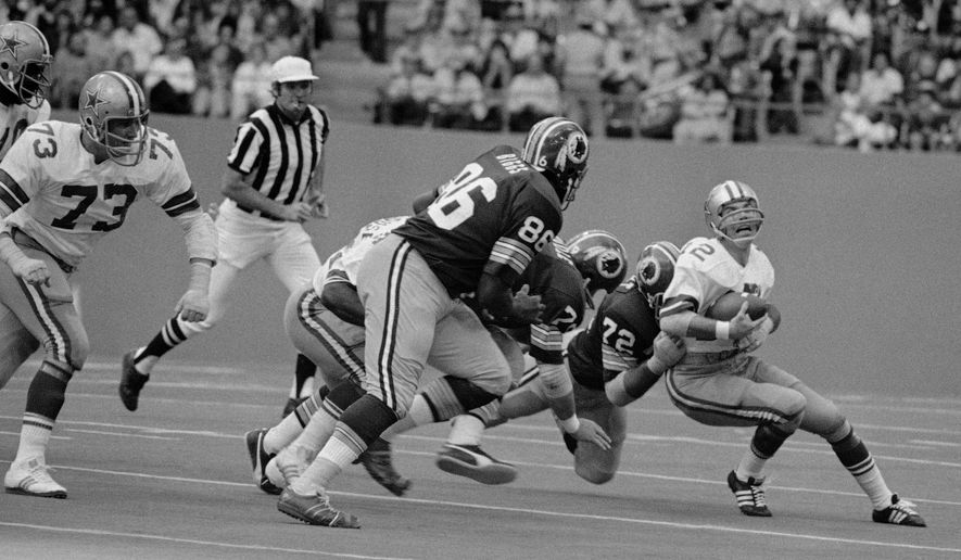 b3e539402 Dallas Cowboys  39  quarterback Roger Staubach grimaces as he loses yards  during second quarter