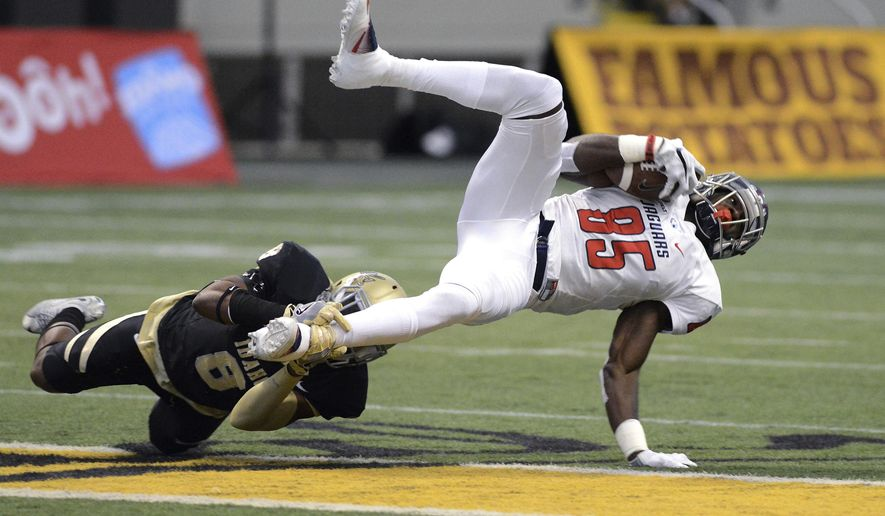 South Alabama's Maaseiah Francis (85) can't break the shoestring tackle by Idaho's Armond Hawkins (8) during the first quarter of an NCAA college football game Saturday, Nov. 26, 2016, in Moscow, Idaho. (Kyle Mills/Lewiston Tribune via AP)