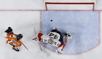 Philadelphia Flyers' Wayne Simmonds, left, scores a goal past Florida Panthers' James Reimer during the second period of an NHL hockey game, Tuesday, Dec. 6, 2016, in Philadelphia. (AP Photo/Matt Slocum)