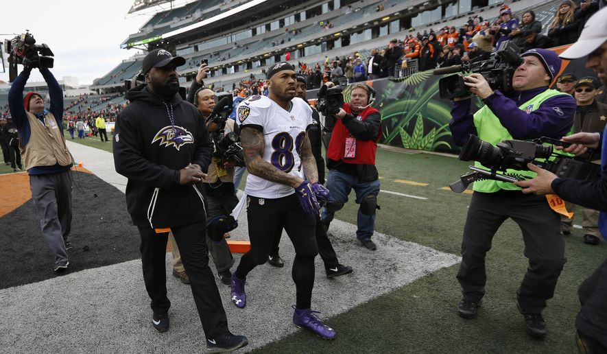 Baltimore Ravens wide receiver Steve Smith (89) leaves the field after an NFL football game against the Cincinnati Bengals, Sunday, Jan. 1, 2017, in Cincinnati. The Bengals won 27-10. (AP Photo/Frank Victores)