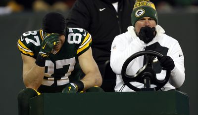 Green Bay Packers wide receiver Jordy Nelson (87) leaves the game during the first half of an NFC wild-card NFL football game against the New York Giants, Sunday, Jan. 8, 2017, in Green Bay, Wis. (AP Photo/Matt Ludtke)