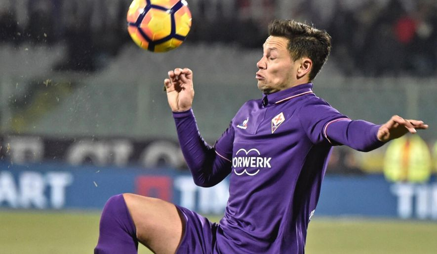 Fiorentina' Mauro Zarate goes for the ball during the Italian Cup soccer match between Fiorentina and Chievo Verona at the Artemio Franchi stadium in Florence, Italy, Wednesday, Jan. 11, 2017.  (Maurizio Degl'Innocenti/ANSA via AP)