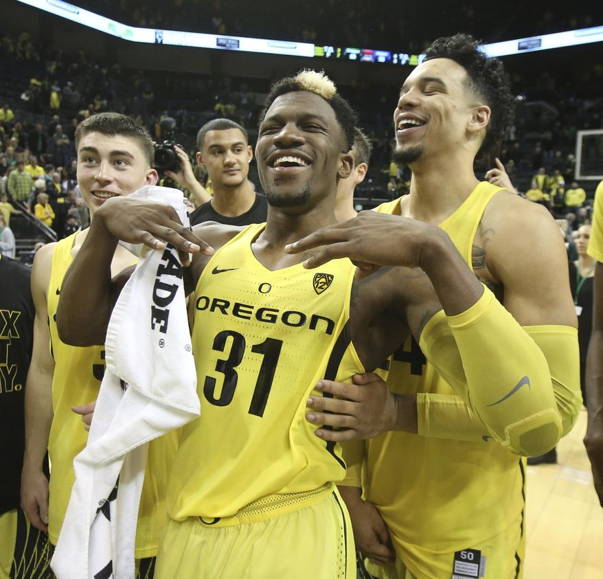 Oregon's Payton Pritchard, left, Dylan Ennis and Dillon Brooks celebrate after Oregon defeated Arizona 85-58 in an NCAA college basketball game Saturday, Feb. 4, 2017, in Eugene, Ore. (AP Photo/Chris Pietsch)