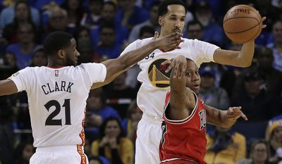 Chicago Bulls guard Isaiah Canaan, lower right, passes the ball as Golden State Warriors' Ian Clark (21) and Shaun Livingston (34) defend during the first half of an NBA basketball game Wednesday, Feb. 8, 2017, in Oakland, Calif. (AP Photo/Ben Margot)