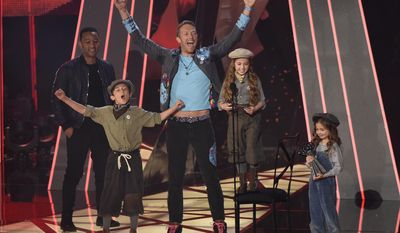 Chris Martin, of Coldplay, third from right, winner of the award for best tour, and presenter John Legend, left, react as child performers read an acceptance speech on behalf of Coldplay at the iHeartRadio Music Awards at the Forum on Sunday, March 5, 2017, in Inglewood, Calif. (Photo by Chris Pizzello/Invision/AP)