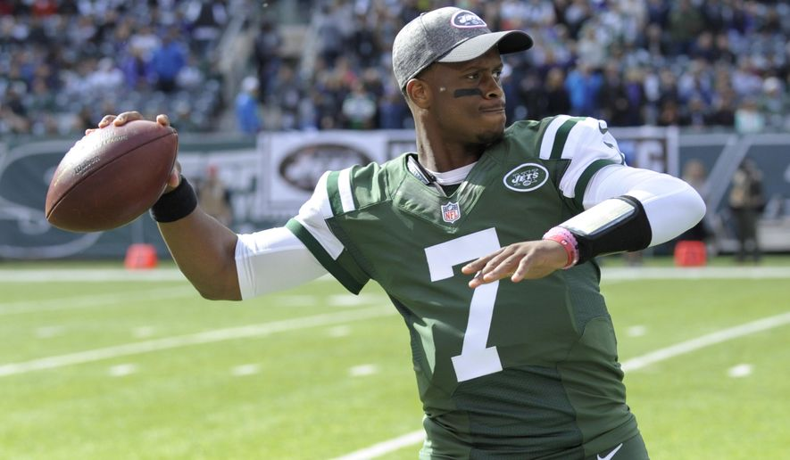 FILE - In this Oct. 23, 2016, file photo, New York Jets quarterback Geno Smith (7) warms up before an NFL football game, against the Baltimore Ravens, in East Rutherford, N.J. A person familiar with the decision tells The Associated Press that quarterback Geno Smith has agreed to terms with the New York Giants. Like receiver Brandon Marshall last week, Smith is leaving the Jets but remaining in the same stadium. The person spoke on condition of anonymity because the deal has not been announced. (AP Photo/Bill Kostroun, File)