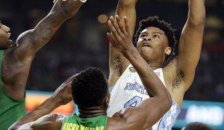 North Carolina's Isaiah Hicks (4) goes up for a basket against Oregon's Kavell Bigby-Williams (35) during the first half in the semifinals of the Final Four NCAA college basketball tournament, Saturday, April 1, 2017, in Glendale, Ariz. (AP Photo/Mark Humphrey)