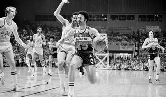 Phil Chenier drives during the 1975 NBA Finals. / AP archive