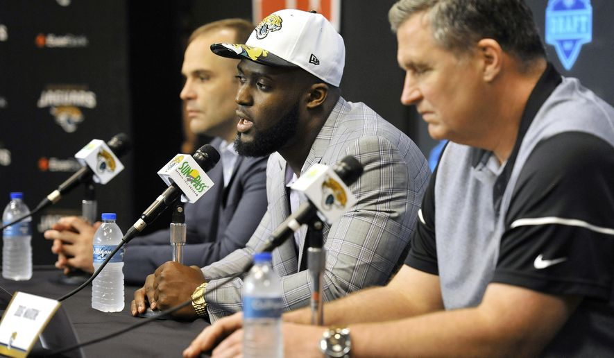 From left to right, Jacksonville Jaguars general manager Dave Caldwell, the newest member of the team Leonard Fournette and head coach Doug Marrone attend a news conference Friday, April 28, 2017, in Jacksonville, Fla. (Bob Self/The Florida Times-Union via AP)