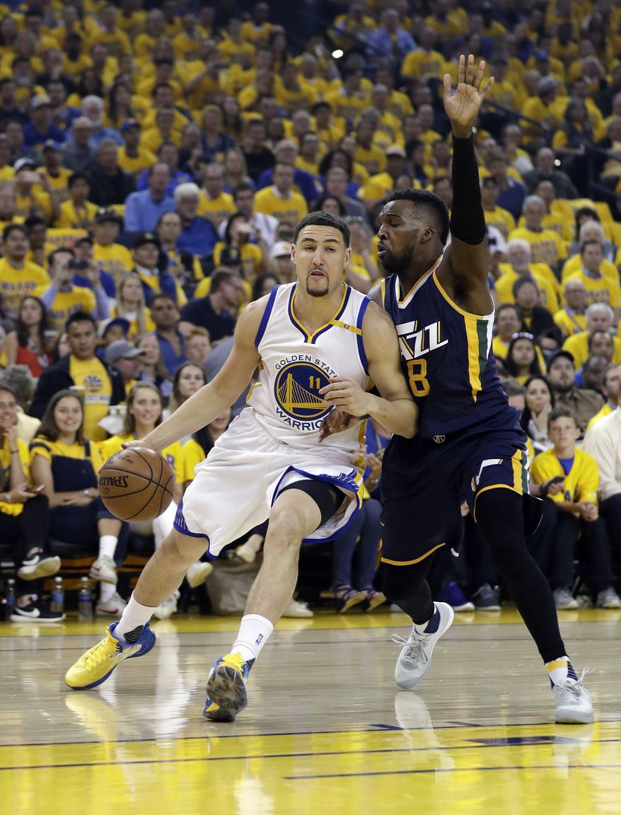 Golden State Warriors' Klay Thompson, left, is defended by Utah Jazz's Shelvin Mack during the first half in Game 2 of an NBA basketball second-round playoff series, Thursday, May 4, 2017, in Oakland, Calif. (AP Photo/Marcio Jose Sanchez)