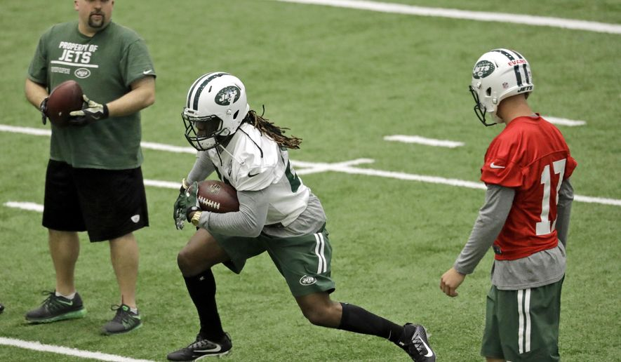 New York Jets' Khiry Robinson, center, runs with the ball during NFL football football rookie minicamp, Friday, May 5, 2017, in Florham Park, N.J. (AP Photo/Julio Cortez)