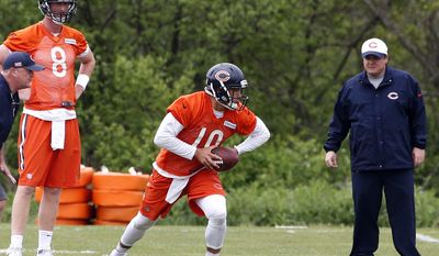 Chicago Bears quarterback Mitchell Trubisky (10) looks to pass as quarterback Mike Glennon (8) and offensive coordinator Dowell Loggains, right, watch during NFL football practice Tuesday, May 23, 2017, in Lake Forest, Ill. (AP Photo/Nam Y. Huh)