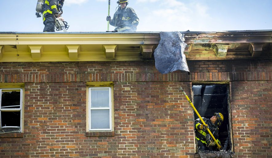 Firefighters responded to a deadly fire at an apartment complex in Des Moines, Iowa, Thursday, May 25, 2017. (Rodney White/The Des Moines Register via AP)