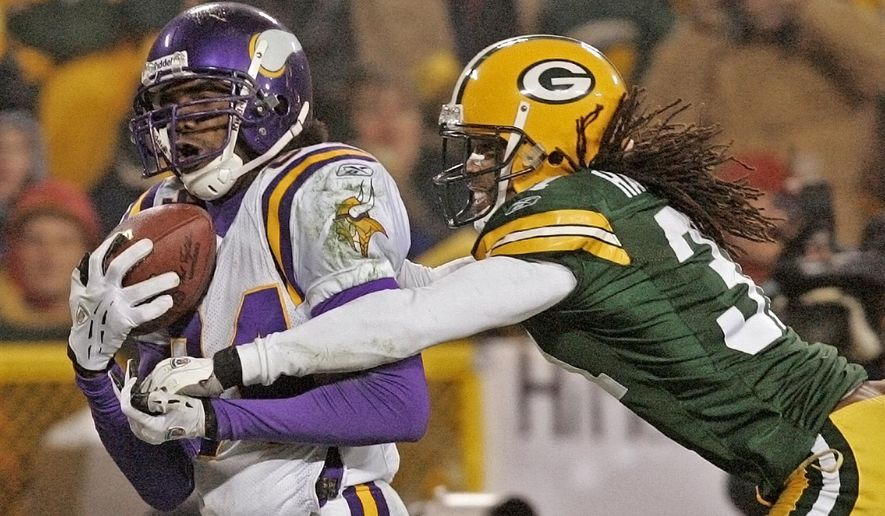 FILE - In this Jan. 9, 2005, file photo, Minnesota Vikings receiver Randy Moss catches a 34-yard touchdown pass in front of Green Bay Packers cornerback Al Harris during the fourth quarter of an NFC wild-card playoff football game in Green Bay, Wis. The Vikings will induct Moss into the team's Ring of Honor during the upcoming season. The team also announced on Wednesday, June 14, 2017,  that former receiver Ahmad Rashad will be inducted with Moss in the team's first ceremony since 2013, (AP Photo/Andy Manis, File)