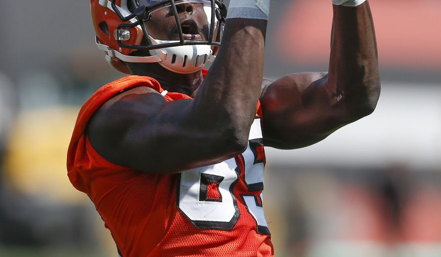 Cleveland Browns' David Njoku catches a pass during NFL football practice at the team's training facility Tuesday, June 13, 2017, in Berea, Ohio. (AP Photo/Ron Schwane)
