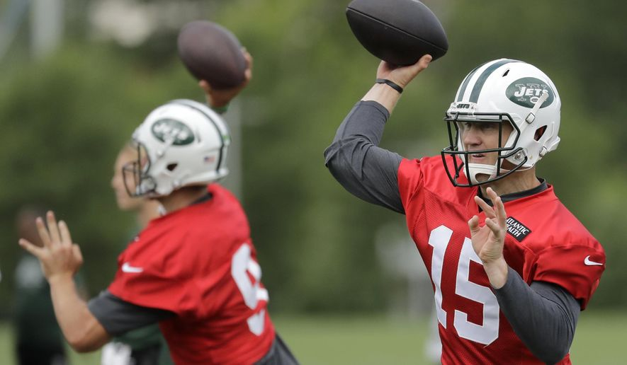 New York Jets' Josh McCown, right, and Bryce Petty throw passes during NFL football practice, Thursday, June 15, 2017, in Florham Park, N.J. (AP Photo/Julio Cortez)
