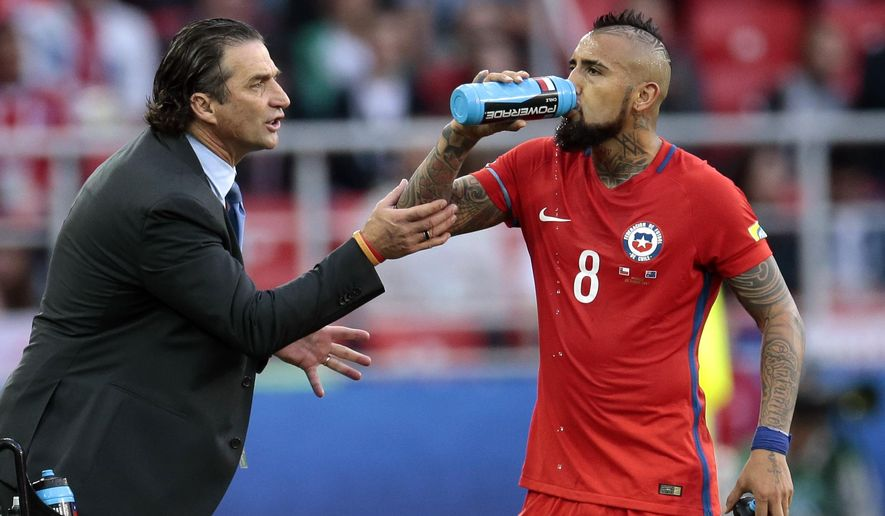 Chile coach Juan Antonio Pizzi talks with Arturo Vidal during the Confederations Cup, Group B soccer match between Chile and Australia, at the Spartak Stadium in Moscow, Sunday, June 25, 2017. (AP Photo/Ivan Sekretarev)