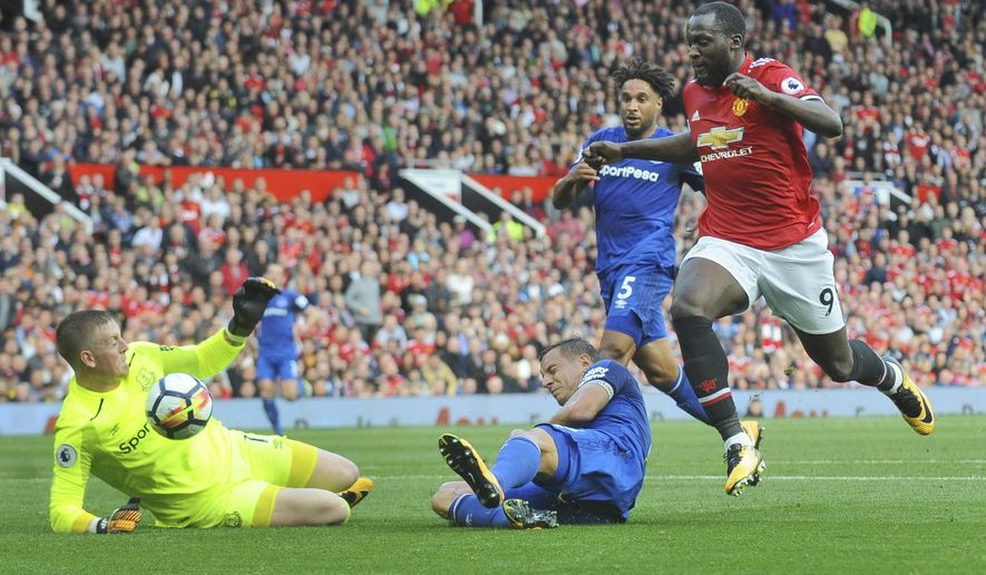 Manchester United's Romelu Lukaku, right, attempts a shot on goal during the English Premier League soccer match between Manchester United and Everton at Old Trafford in Manchester, England, Sunday, Sept. 17, 2017. (AP Photo/Rui Vieira)