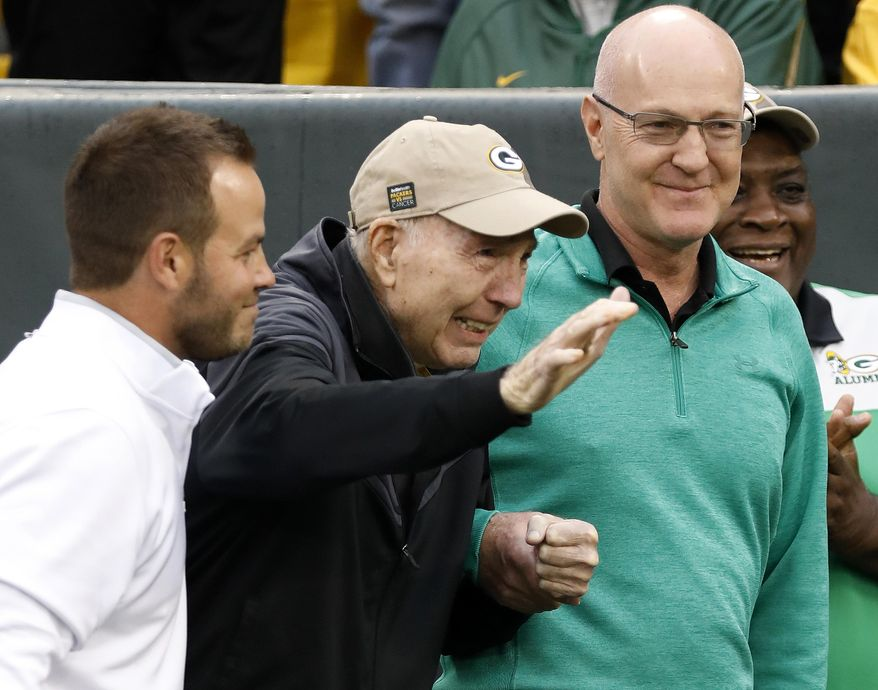 Former Green Bay Packers Hall of Fame quarterback Bart Starr waves to fans as he attends the 50th anniversary of Green Bay's 1967 championship team during the first half of NFL football game between the Green Bay Packers and the New Orleans Saints, Sunday, Oct. 22, 2017, in Green Bay, Wis. (AP Photo/Jeffrey Phelps)