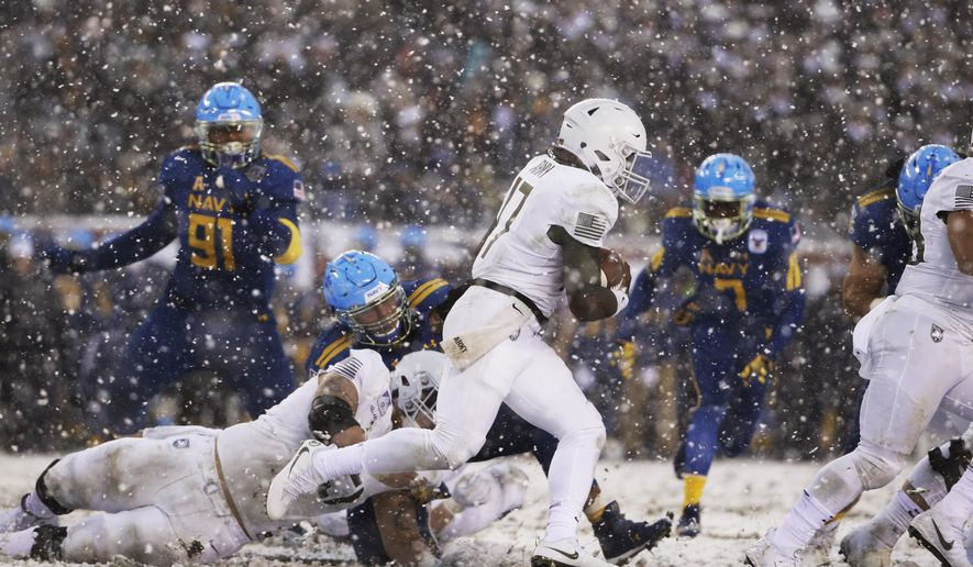Army's Ahmad Bradshaw (17) runs the ball against Navy ...