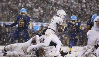 Army's Ahmad Bradshaw (17) runs the ball against Navy during the first half of an NCAA college football game, Saturday, Dec. 9, 2017, in Philadelphia. (AP Photo/Matt Rourke)
