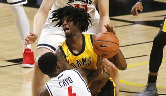 Virginia Commonwealth's Issac Vann (11) battles with Richmond's Nathan Cayo (4) and Grant Golden (33) during the first half of an NCAA college basketball game, Wednesday, Jan. 17, 2018 in Richmond, Va. (Mark Gormus/Richmond Times-Dispatch via AP)
