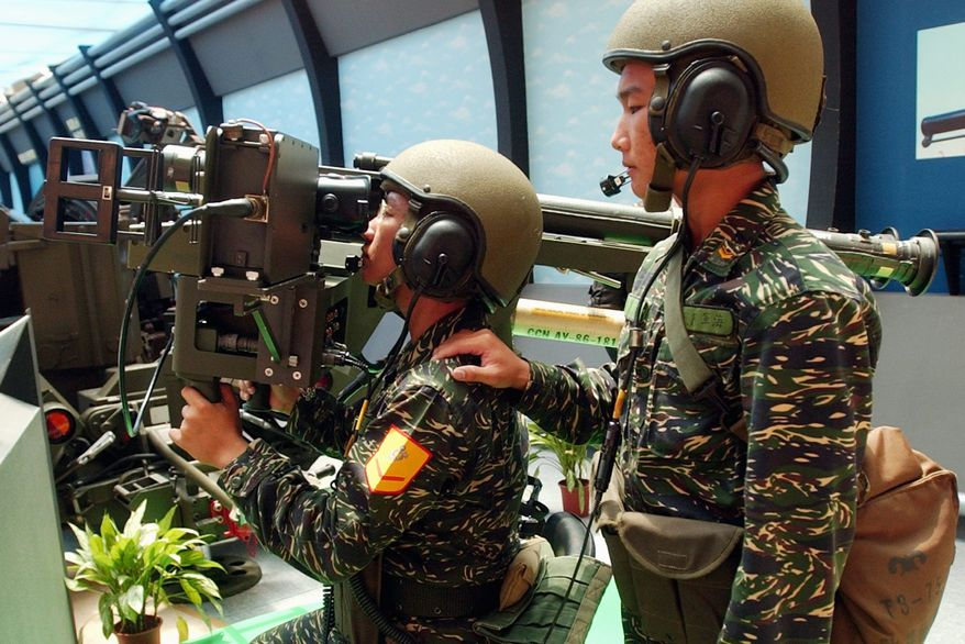 Soldiers demonstrate how to use a U.S.-made dual mount Stinger missiles during the Taipei Aerospace and Defense Technology Exhibition. (ASSOCIATED PRESS)