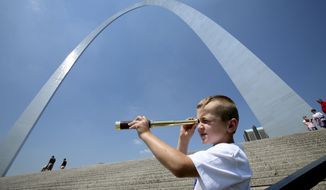 Luke Fife, 6, of Middleburg, Fla., uses a telescope to look down the Mississippi River while on a visit to the Gateway Arch with his family Tuesday, July 24, 2007, in St. Louis. (AP photo)