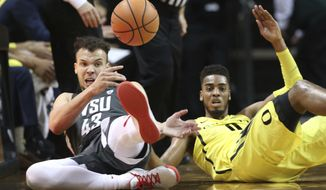 Washington State's Drick Bernstine, left, goes to the floor for a loose ball against Oregon's Troy Brown Jr. during the first half of an NCAA college basketball game Sunday, Feb. 11, 2018, in Eugene, Ore. (AP photo/Chris Pietsch)