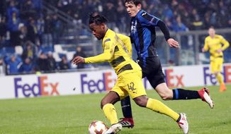 Atalanta's Marten De Roon, right, and Dortmund's Michy Batshuayi compete for the ball during an Europa League round of 32 second leg soccer match between Atalanta and Borussia Dortmund at the Mapei stadium in Reggio Emilia, Italy, Thursday, Feb. 22, 2018. (Elisabetta Baracchi/ANSA via AP)