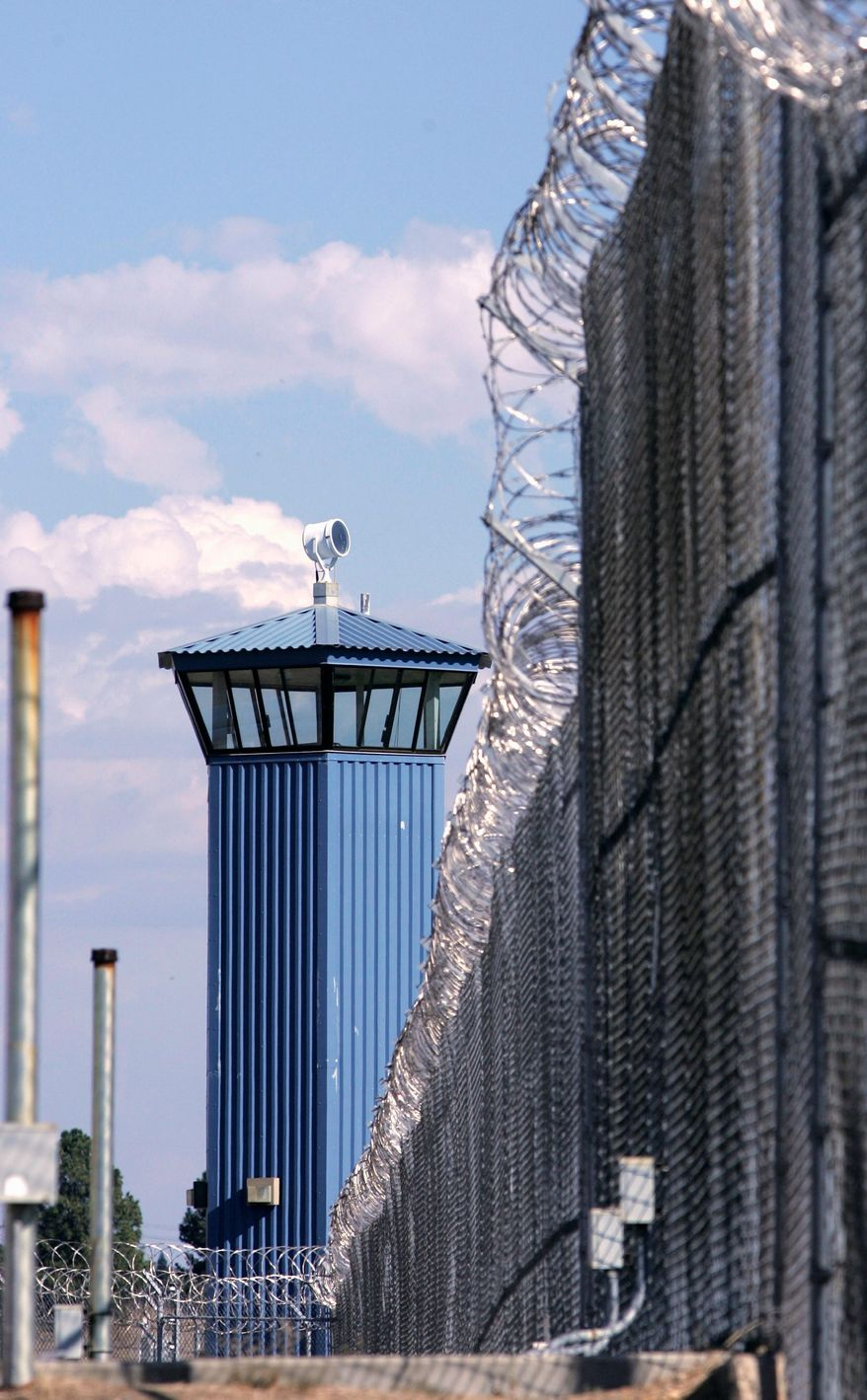 A guard tower is seen behind the wire fence that surrounds California State Prison, Sacramento, in Folsom, Calif, in this August 31, 2007, photo. In an effort to slow California's growing prison population, Gov. Arnold Schwarzenegger and lawmakers are looking for ways to review the state's determinate sentencing practice. (AP Photo/Rich Pedroncelli)