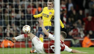 Atletico's Antoine Griezmann scores the first goal of their team during the Europa League semifinal first leg soccer match between Arsenal FC and Atletico Madrid at Emirates Stadium in London, Thursday, April 26, 2018. (AP Photo/Matt Dunham)
