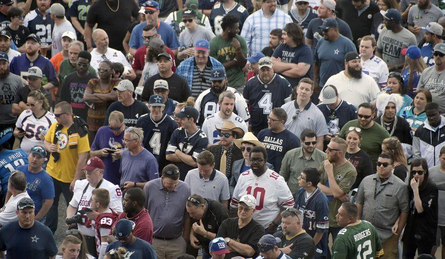 Fans line up to enter the NFL football draft, Thursday, April 26, 2018, in Arlington, Texas. (Max Faulkner/Star-Telegram via AP)