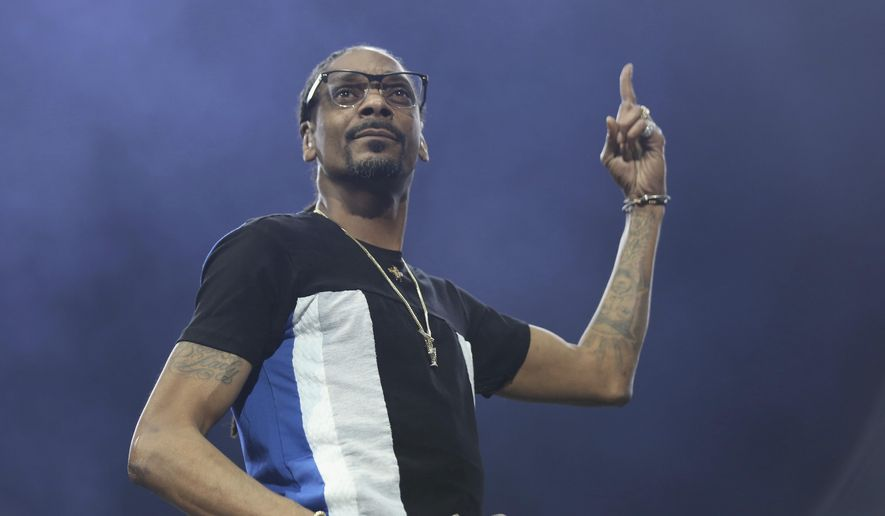 Snoop Dogg berates Facebook for banning Louis Farrakhan: 'I