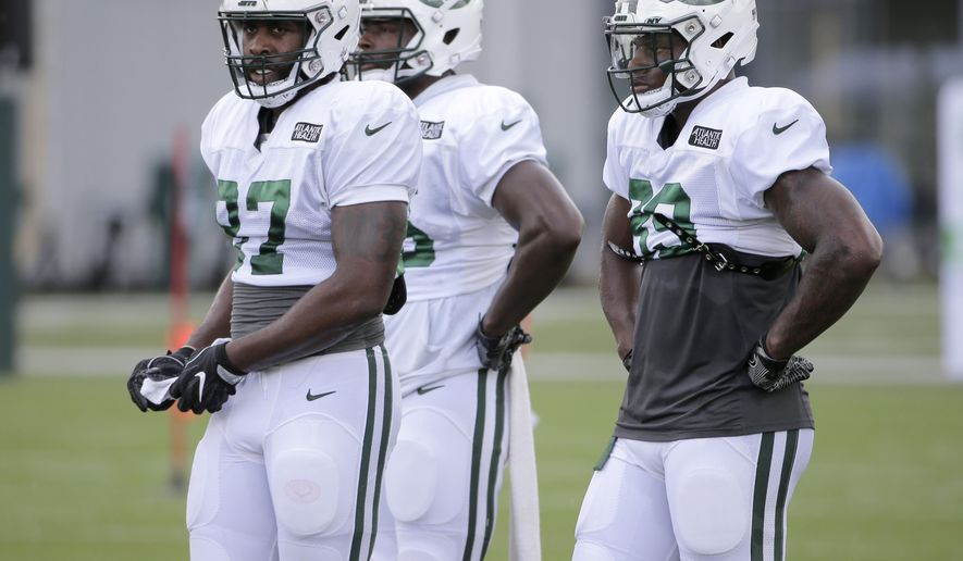 New York Jets' tight ends Clive Walford, left, Neal Sterling, center, and Chris Herndon participate in practice at the NFL football team's training camp in Florham Park, N.J., Thursday, Aug. 2, 2018. (AP Photo/Seth Wenig)