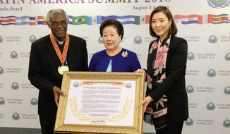 Roman Catholic Cardinal Kelvin Felix receives leadership award from Mother Moon and Dr. Sun Jin Moon, International President of FFWPU. (PHOTO CREDIT: HSA-UWC)