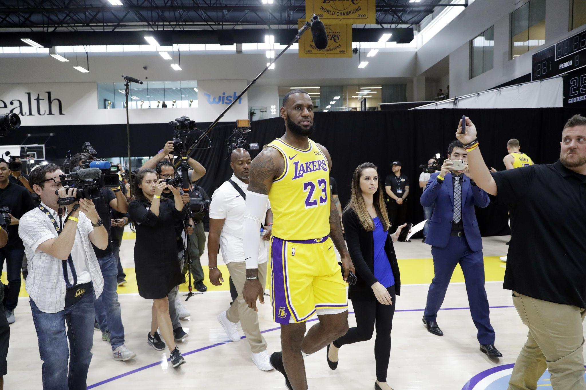 Lakers_media_day_basketball_01467_s2048x1365